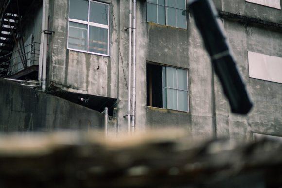 窓が空いた不気味な廃墟