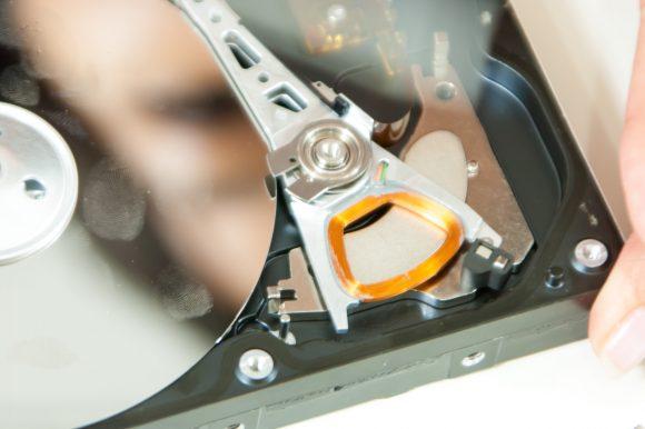プラッターに指紋が付いたハードディスク